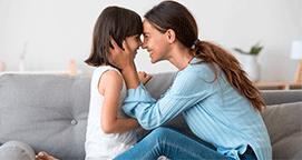 Mama e hijo conversando