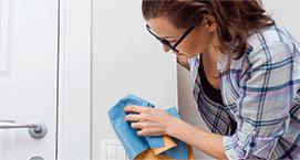 Mama quitando las manchas de crayola de la pared