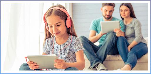 Padres supervisando la tablet de su hija