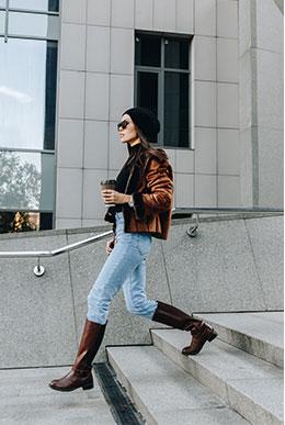 Mujer caminando con botas
