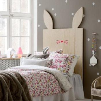 cama con cabecera de conejo