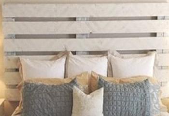 cama con cabecera de pallets