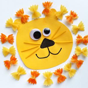 león decorado con fideos