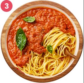 Pasta con salsa a base de pechuga molida, mucha verdura y tomate.