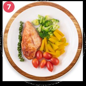 Pechuga a la plancha con camote al horno y vainitas guisadas con mucha verdura picadita.