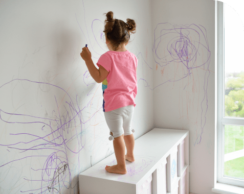 Cómo quitar manchas de crayola de la pared