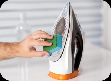 Limpieza de plancha con esponja