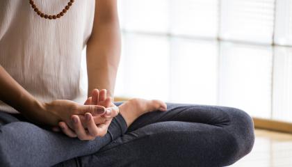 mujer meditando con las piernas cruzadas